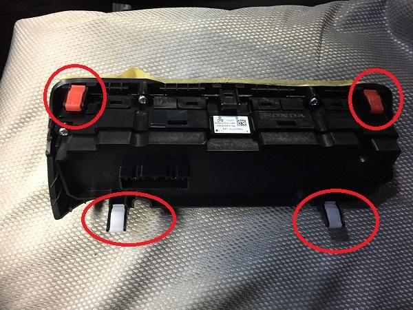 新型N-BOXのエアコンコントロールユニットのクリップ