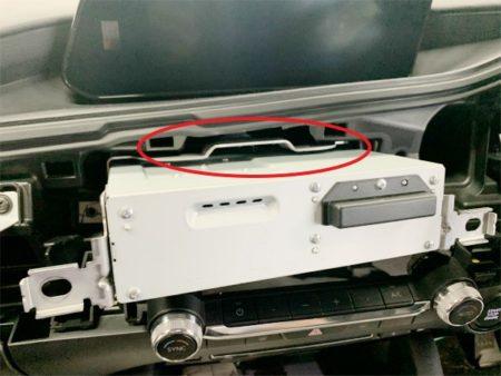 マツダ3のテレビキットUTV414の取り付け方法ユニットの取り外し2