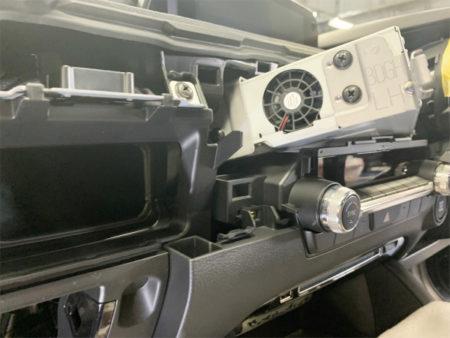 マツダ3のテレビキットUTV414の取り付け方法ユニットの取り外し3